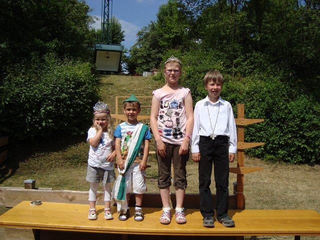 Das Schützenkönigspaar der Kindergartenkinder heißt Samual Isenberg und Finja Cielaszyk; bei den Schulkindern regieren Adrian Götte und Pia Harbeke.